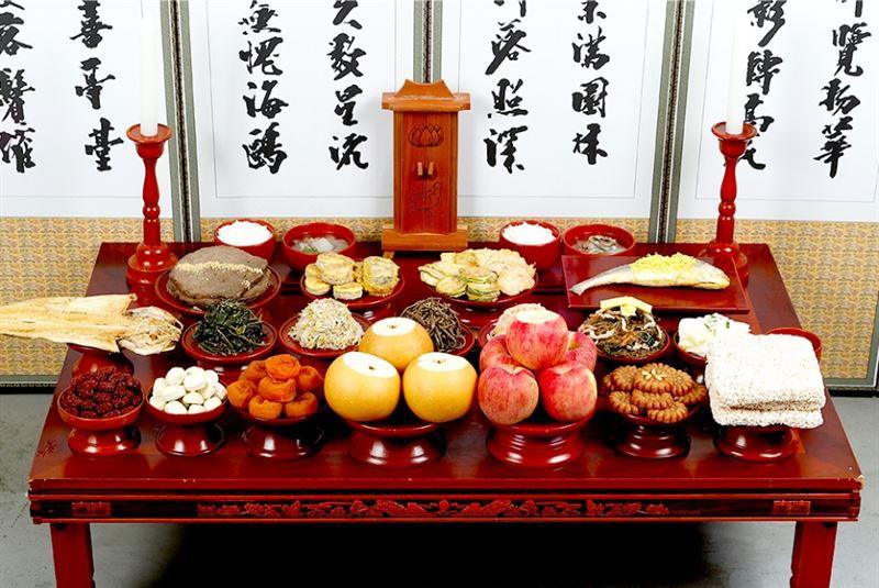 La table d'offrandes pour la cérémonie Charye traditionnelle, le matin de Chuseok.
